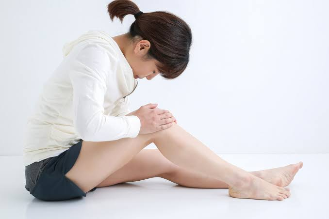 膝の皿(膝蓋骨)の痛みがあり、過去に膝蓋骨脱臼(膝の皿がズレる・ハズレる)、膝蓋骨高位症(お皿の位置が上がっている)があるために膝の皿(膝蓋骨)が不安定なために起こる膝蓋大腿関節障害。 膝の皿(膝蓋骨)と大腿骨がうまく滑らず摩擦で削りあっているため、ほっておくと軟骨の摩耗(すり減り)が増していき場合によっては手術が必要になることもあるため早めの対処が肝心です。