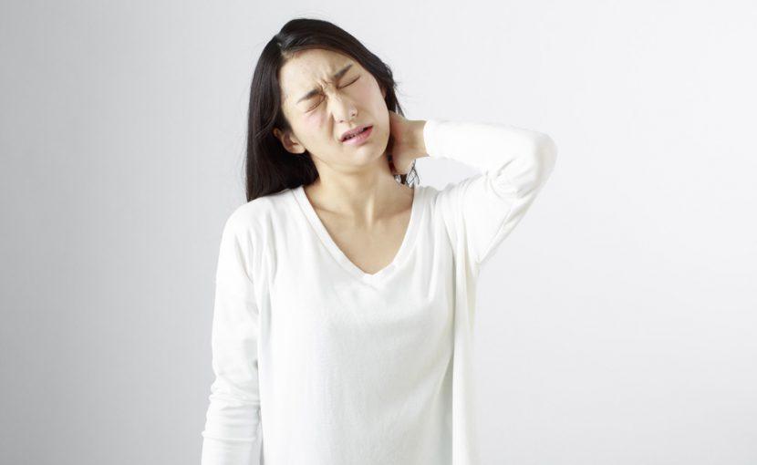 頚椎捻挫は仕事や日常生活で偏った動作を繰り返すことにより頚椎(くび)に負担をかけたことが原因で首の周りの筋肉が異常な緊張を起こし、首自体が痛んだり頭痛や手のしびれが起きたりするため寝違えやヘルニアなどの間違った診断をされてしまいなかなか良くならない遠悩みの方が多い疾患です。