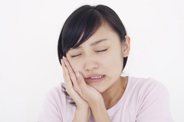 アゴの痛みは口開けると左右どちらか片方の顎から音がする状態から始まって、次第に違和感や痛みが伴うようになり、噛むと顎が痛いので食事はおろか会話すら出来ないひどい顎関節症へ発展していきます。アゴの痛みの改善は河内長野こにし整体院にお任せください。